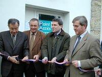 Inauguration du Point d'Accès Permanent Internet (P.A.P.I.) à Bidache avec Jean-Jacques LASSERRE, Président du conseil général (2000)
